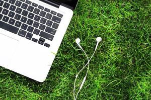 laptop wih earphone