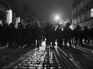 17.XI.2015 Policisté chrání Strakovku před ultrapravičáky, foto: Eugen Kukla