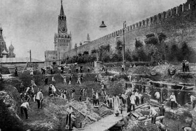 Budování základů hlavního žulového mauzolea, 1929 Foto: pastvu.com/p/35372