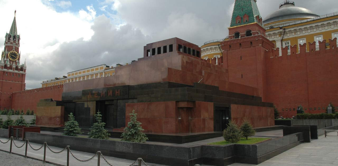 Lenin's mausoleum 2 By longmandancer@btopenworld.com via Wikimedia Commons
