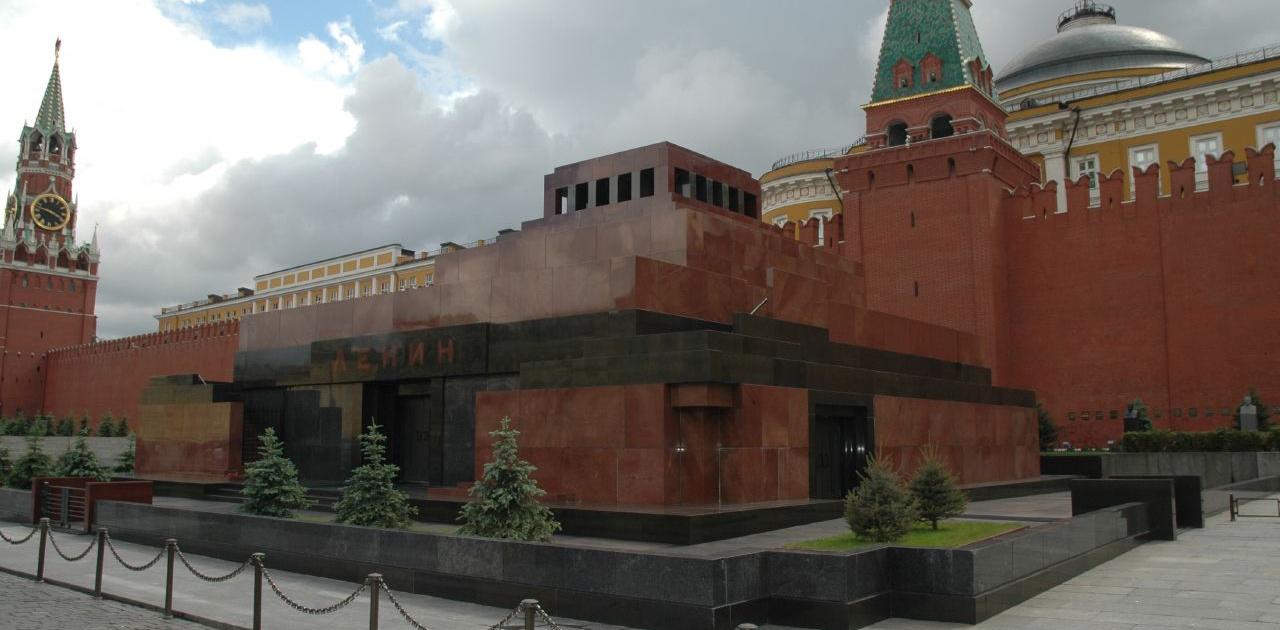 Lenin's mausoleum 2 By longmandancer@btopenworld.com via Wikimedia Commons