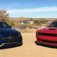 Recenze: Mercedes AMG C63 S 2017 vs Dodge Challenger Hellcat (video CZ titulky)