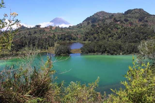 Dieng Plateau, sulfuric lake with Gunung (volcano) Sindoro in the distance
