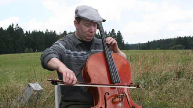 Photo of Hugh Livingston, a cellist and composer living in Oakland, California.