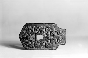 Photo, Bronze buckle. Eastern Zhou dynasty, 5th century BCE., L: 9.7 cm. (3 13/16 in.) Singer catalogue number: [511].