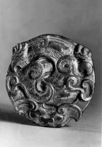 Photo, Bronze buckle. Eastern Zhou dynasty, 5th century BCE., Diam: 6.9 cm. (2 3/4 in.) Singer catalogue number: [512].