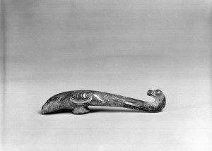 Photo, Bronze garment hook with silver inlay. Eastern Zhou–Han dynasty, 3rd–2nd century BCE., L: 11.1 cm. (4 3/8 in.) Singer catalogue number: [689].