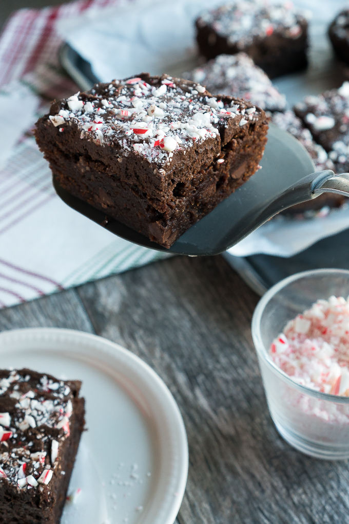 Peppermint Mocha Brownies – Easy semi-homemade recipe for Peppermint Mocha Brownies! Using store-bought brownie mix spruced up with instant coffee, peppermint extract, & chocolate chips. Our favorite holiday latte in festive dessert form! ♥ | freeyourfork.com