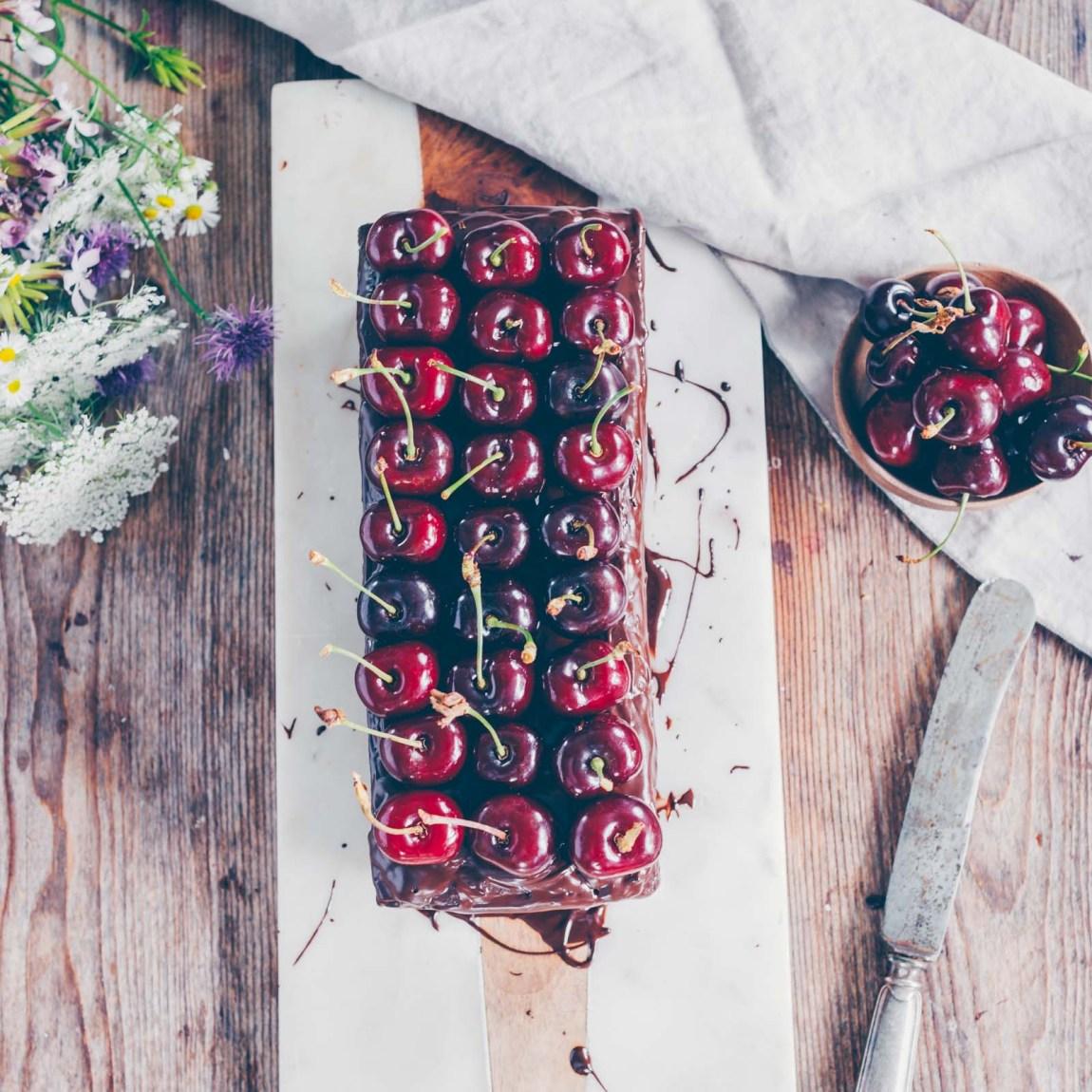Schokoladenkuchen mit Zucchini und Kirschen vegan