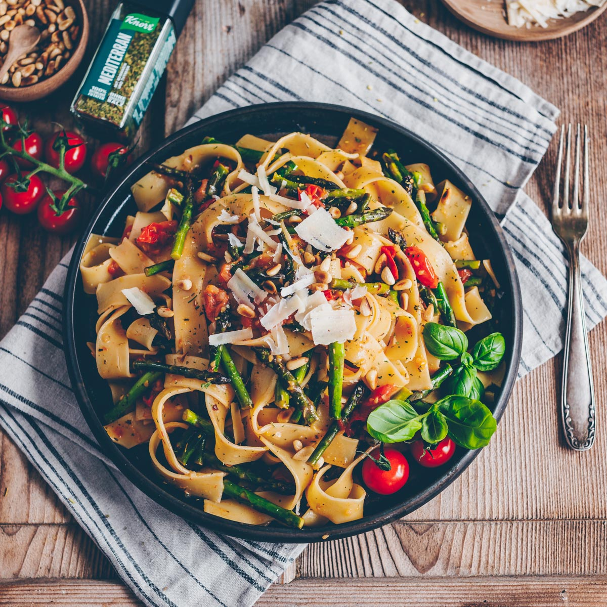 Pasta mit Spargel und Tomaten