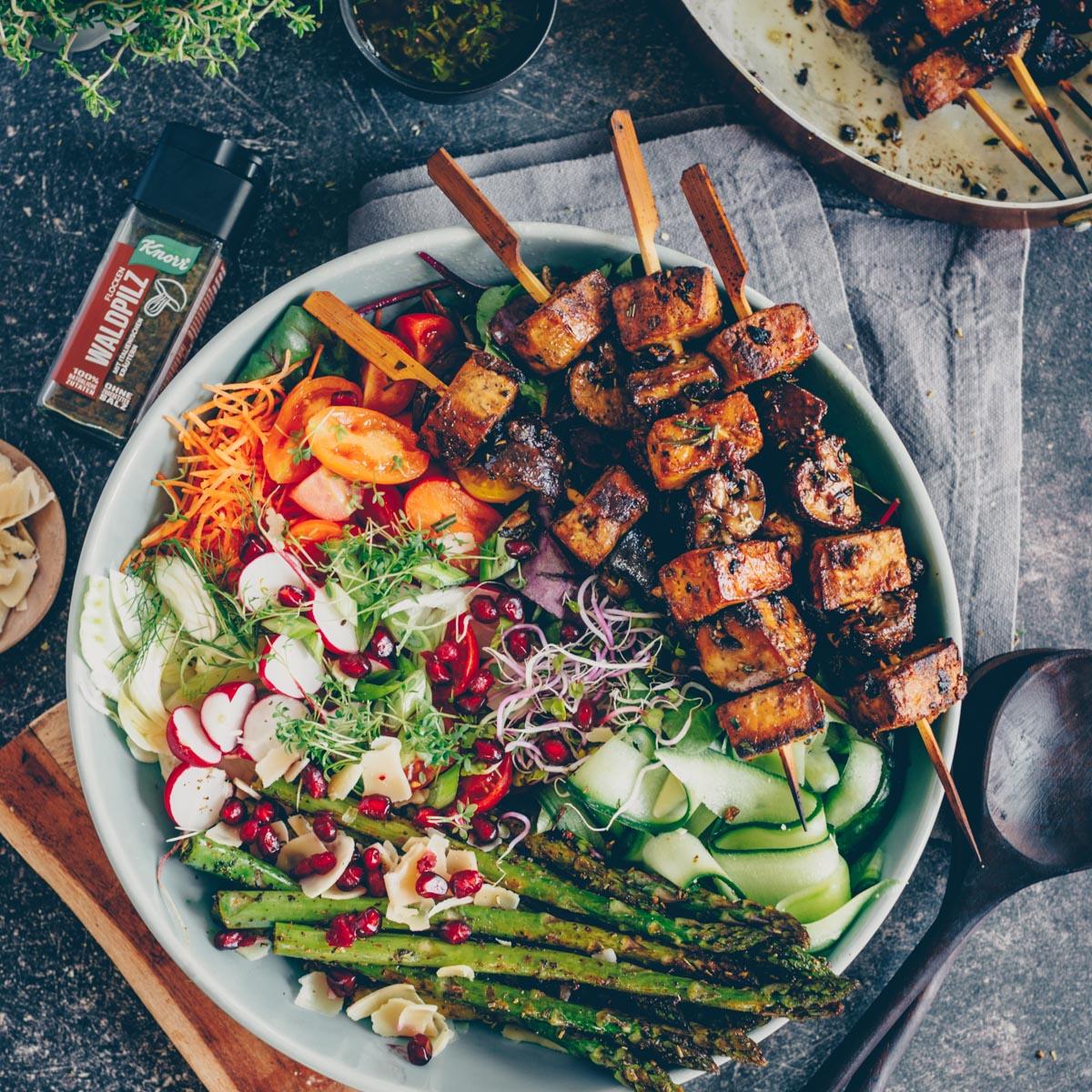 Gegrillte Tofu-Pilz Spiesse mit Salat