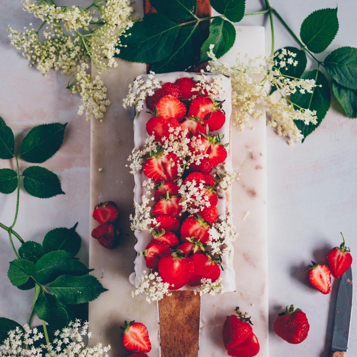 Zitronenkuchen mit Holunderblüten