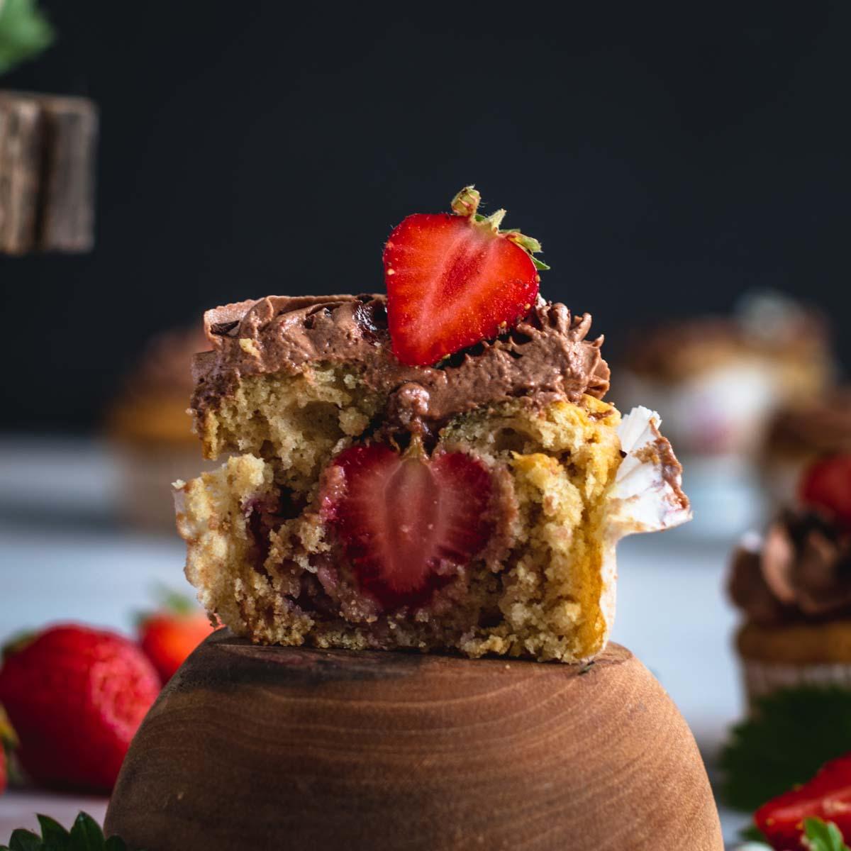 Beeren-Cupcakes mit Schoko-Frosting