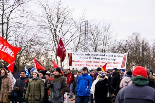 Der Demonstrationszug nähert sich der Gedenkstätte. Mit dabei: Die Freidenker.