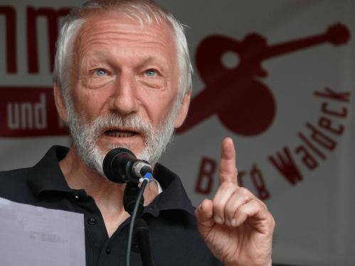 """Erich Schaffner mit seinem Programm """"Lenin, Majakowski und ich - 100 Jahre Roter Oktober"""", begleitet von Erika Krapp am Akkordeon"""