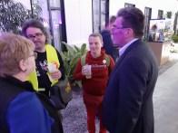 """Monique Broquard (links) und Klaus Hartmann (rechts) im Gespräch mit dem Künstler-Duo """"Kulturverein Willy"""" aus Österreich"""
