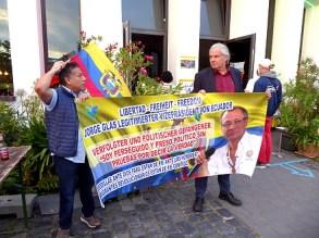 Andrej Hunko mit Plakat für die Befreiung von Jorge Glas