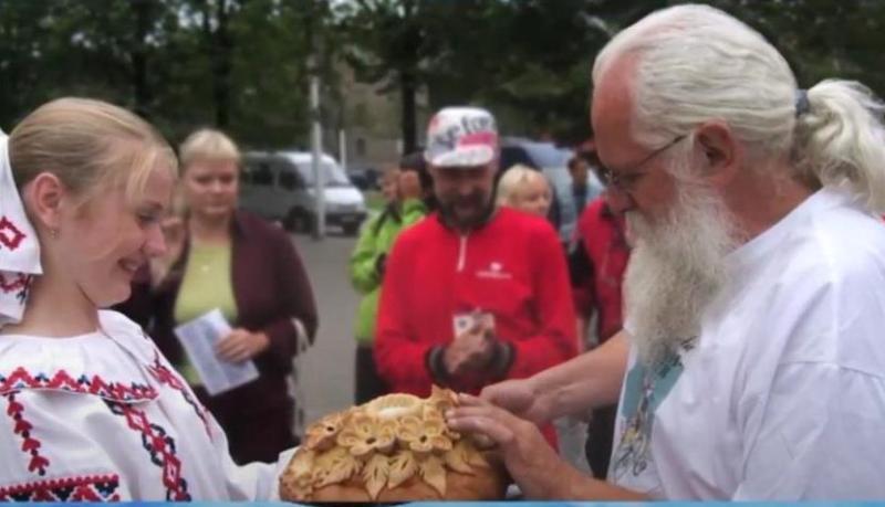 Brot und Salz – der klassische Willkommensgruß für die Friedensfahrer in Russland