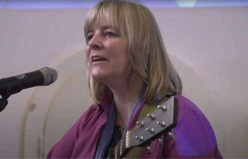 Auf Wunsch von Konni Schmidt sang die Freidenkerin Sonja Gottlieb anlässlich der Preisverleihung