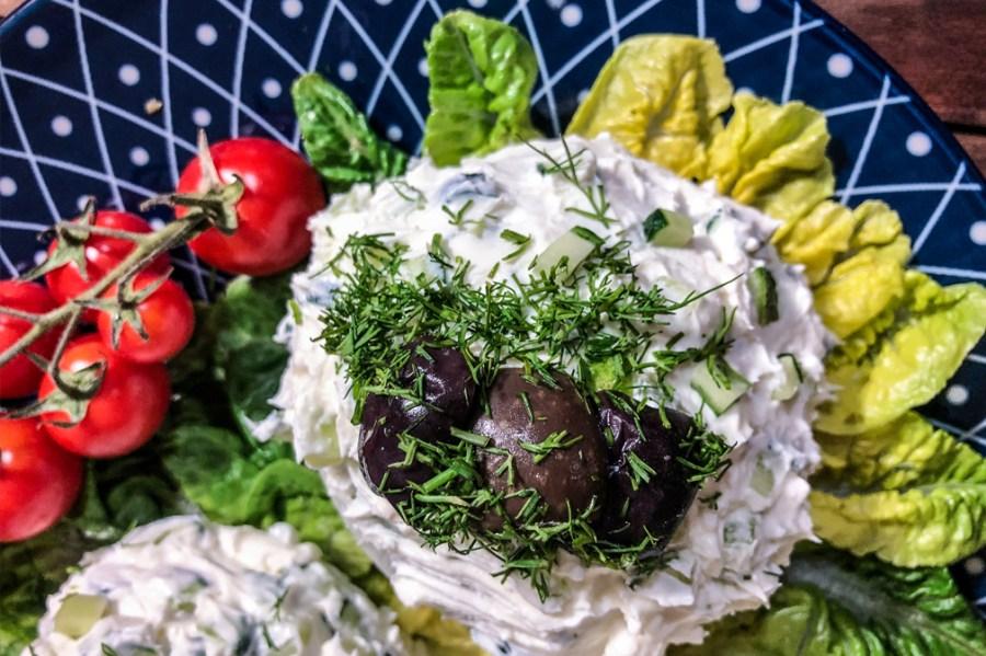 Dieser Salat mit dem märchenhaften Namen ist eine bulgarische Spezialität. Auf Bulgarisch heißt er Снежанка also Snezhanka, übersetzt Schneewittchen. Ein echter Sommerhit, kinderleicht gemacht, das meiste tut der Kühlschrank, schmeckt super und erfrischend kühl, und wegen des schönen Namens gefällt er nicht nur kleinen Kindern sofort.