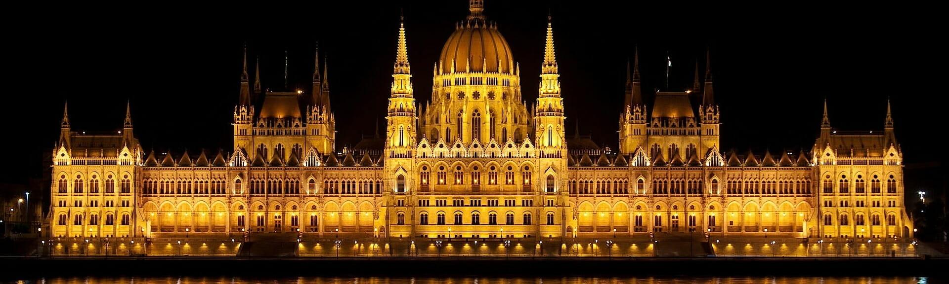 Klassenfahrt_Budapest ungarisches Parlament bei Nacht