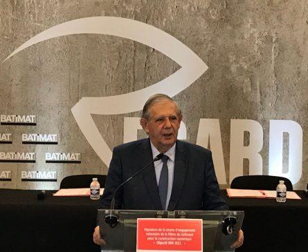 """Jacques Mézard, lors de la signature de la charte d'engagement volontaire """"Objectif BIM 2022""""."""