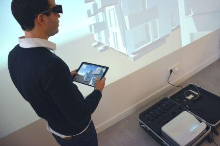 Le projecteur BIMScreen se branche sur une prise secteur et affiche les images en 3D sur un mur blanc.