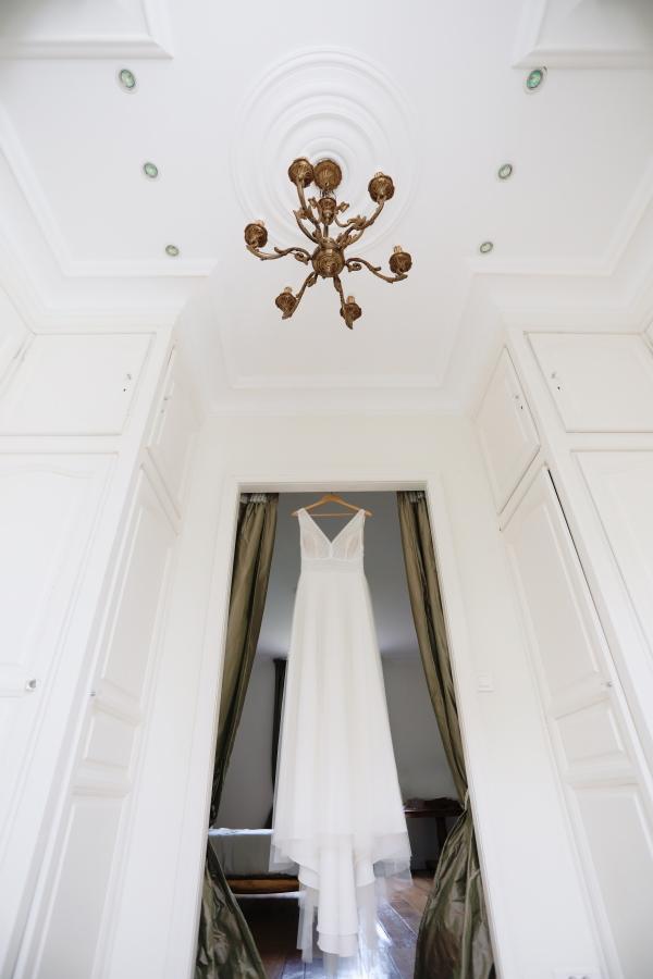 Robe de mariées est suspendue à la porte de la salle blanche
