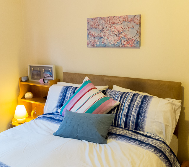 Ideas for combining pink and blue in a bedroom interior