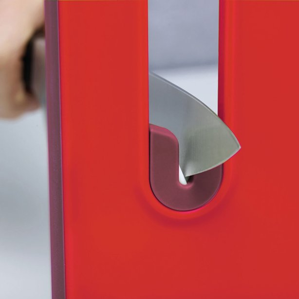 What an excellent idea! A chopping board with a knife sharpener built in. Another good product idea from Joseph Joseph