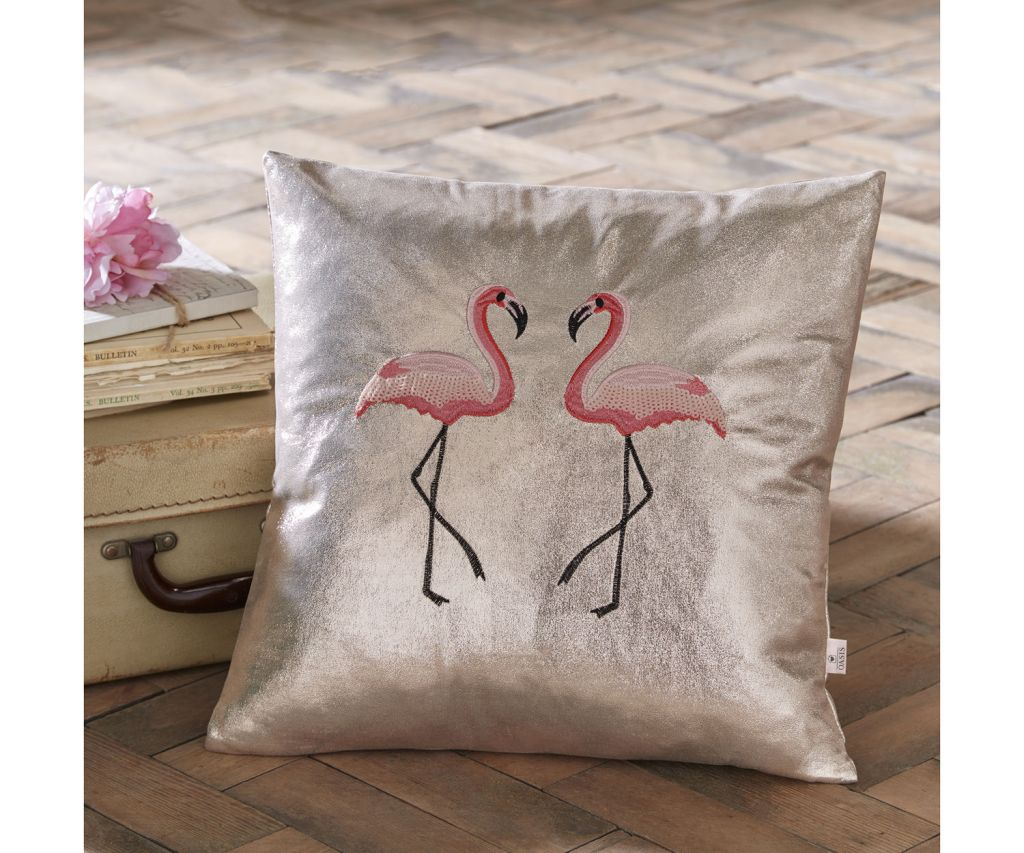 Hop on the home trend wagon with this gorgeous flamingo design cushion