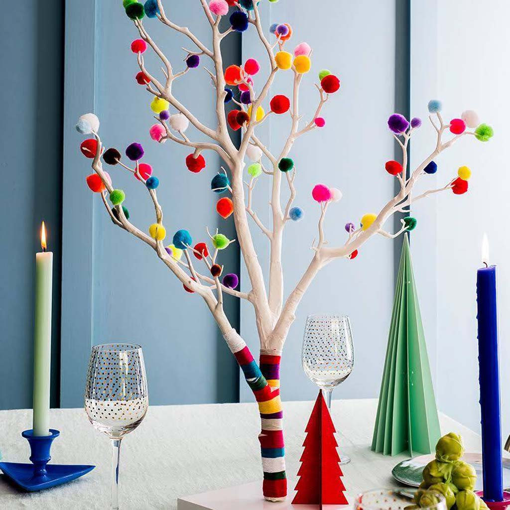 Use this pom pom Christmas tree as a centre piece on a Christmas table