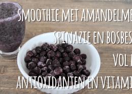 Smoothie met amandelmelk, spinazie en bosbessen
