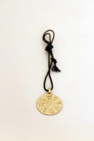 Medalha em chapa de latão cinzelada e repuxada