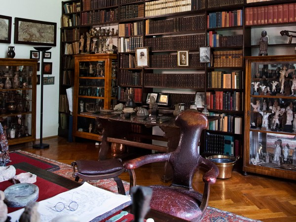 Highlights of Freud's Library -Photographs of shelves and desk in Freud's Library