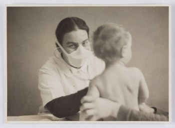 Josephine Stross with a child during an examination at the Jackson Nursery, Vienna, 1937
