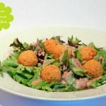 Linsen Couscous Bällchen auf Blattsalat