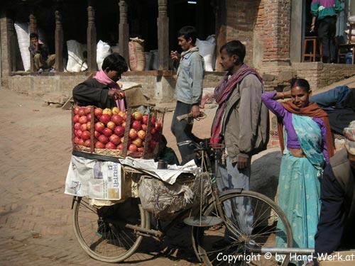 Bhaktapur-Apfelverkaeufer-c
