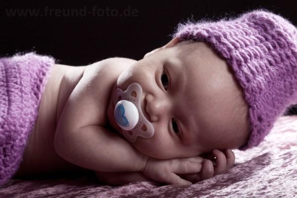 Baby blickt entspannt