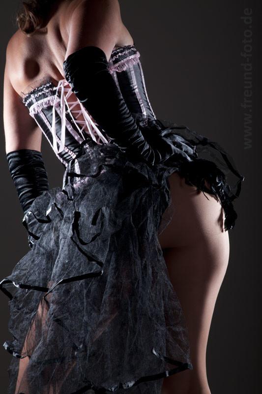 Frau im sexy Burlesque Outfit zeigt Figur