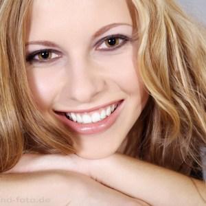 Junge glückliche Frau beim Fotoshooting Nahaufnahme