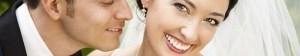 Mann küsst Braut, Frau lächelt zufrieden