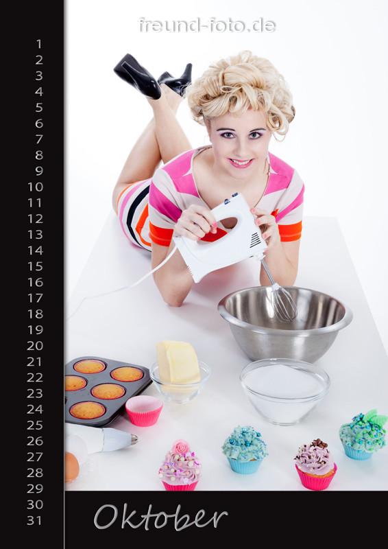 Kalender mit einer hübschen Frau die Cupcake backt