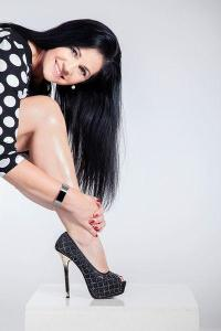 Frau zeigt Bein beim Fotoshooting