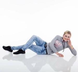 Junge Frau liegt auf Lackboden