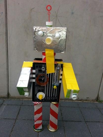 """Roboter mit rückseitig integriertem """"Steuerungssystem"""" von Timon, 9 Jahre"""