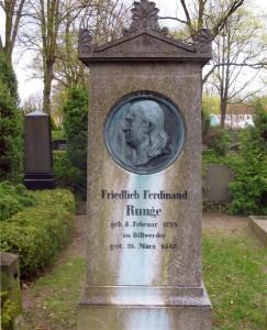 Obelisk auf der Grabstätte Friedlieb Ferdinand Runges auf dem Friedhof in Oranienburg