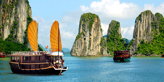 halong-bay-boats-vietnam.640x320.jpg