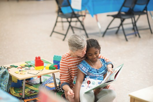 2018 Gathering mother and daughter reading. © Mike Goren.