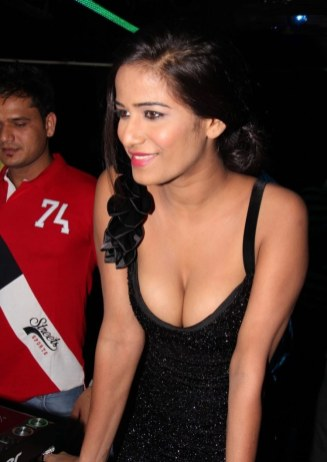 Poonam Pandey Nasha Hot Photos at Premiere Show (5)
